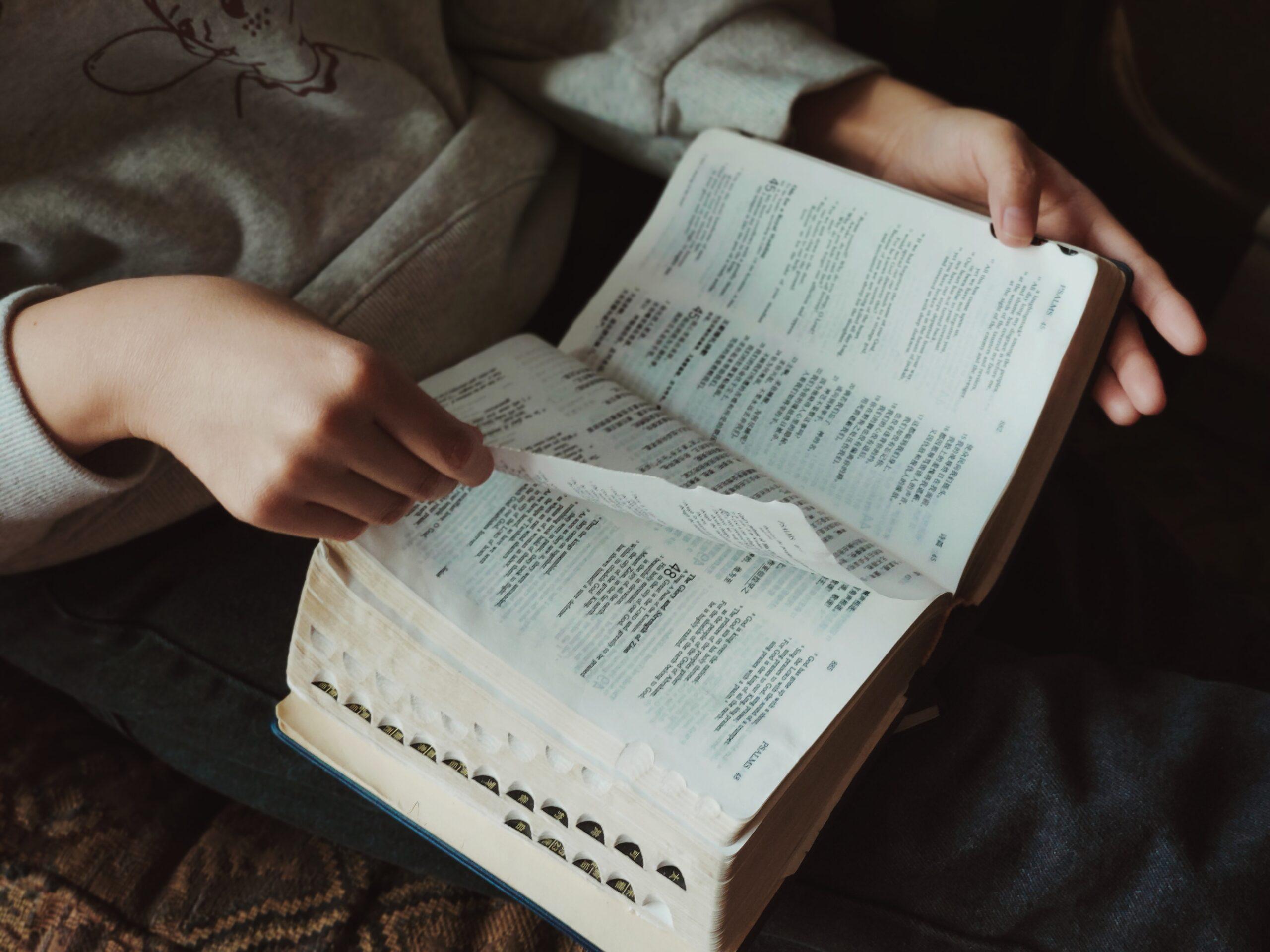 Perché bisognerebbe leggere continuamente la Bibbia?