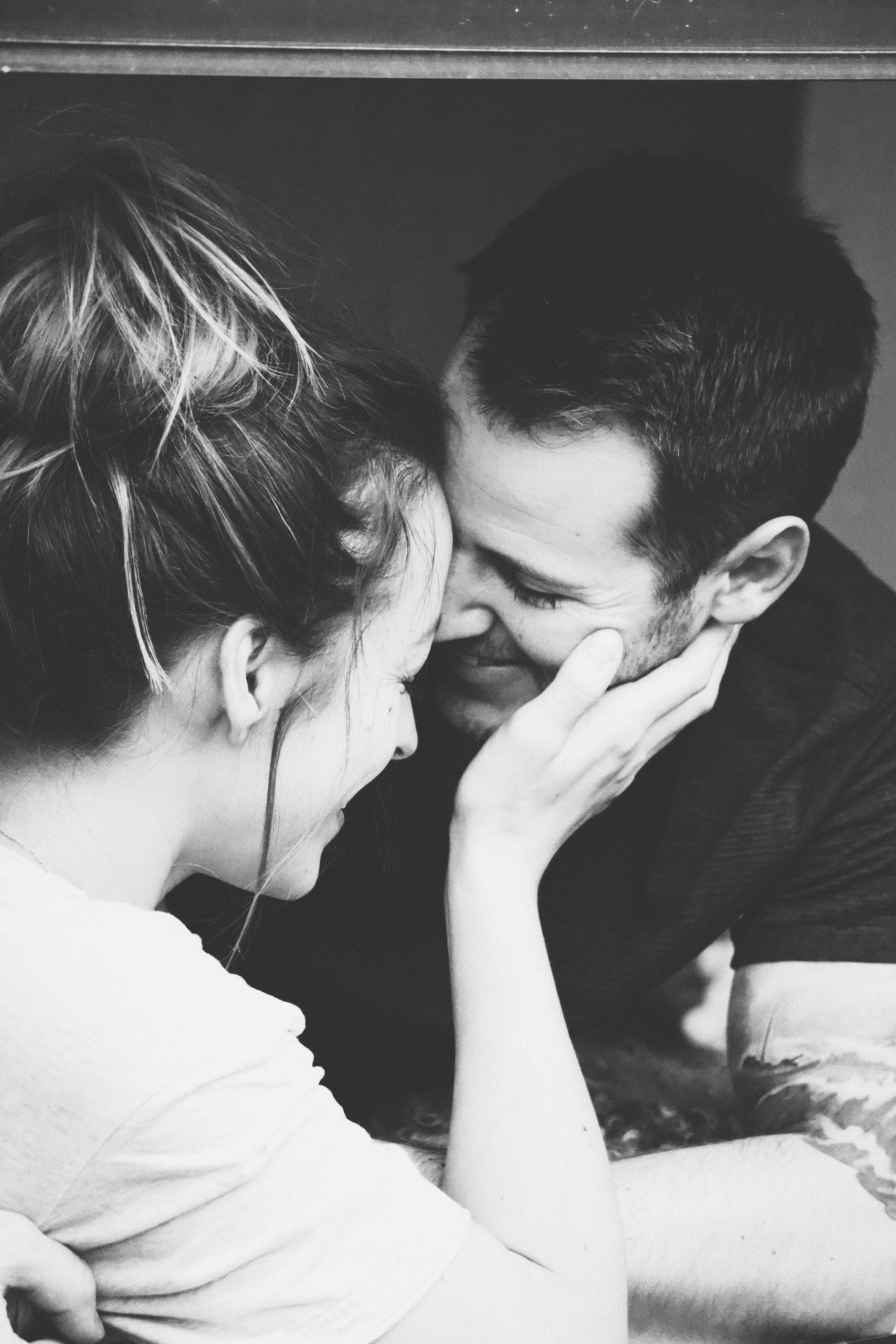 Rialza il suo viso con amore
